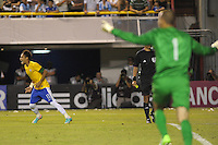 ATENCAO EDITOR IMAGEM EMBARGADA PARA VEICULOS INTERNACIONAIS - BUENOS AIRES, ARGENTINA, 21 NOVEMBRO 2012 -Neymar (E) e Diego Cavallieri do Brasil, comemoram a conquista do Superclássico das Américas sobre a Argentina, no Estádio La Bombonera, em Buenos Aires, na Argentina, nesta quarta-feira, 21. (FOTO: JUANI RONCORONI / BRAZIL PHOTO PRESS).