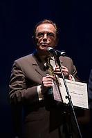 """SAO PAULO, SP, 12 DE MARÇO DE 2013. PREMIO APCA. O reitor da Universidade de São Paulo, João Grandino Rodas recebe o premio de melhor programa de cultura  de 2012  da  Associação Paulista dos Criticos de arte pelo programa """"Palavra do Reitor"""" da radio USP FM . O evento da 57 edição do prêmio dos Melhores do ano da APCA aconteceu na noite desta segunda feira no Teatro  Paulo Autran no Sesc Pinheiros. FOTO ADRIANA SPACA/BRAZIL PHOTO PRESS"""