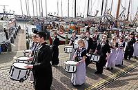 Nederland - Volendam - 2018.  De haven van Volendam. De Pieperrace. Fanfare Wilhelmina speelt in Volendamse klederdracht.  Foto Berlinda van Dam / Hollandse Hoogte