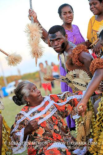 Public de Maré avec les danseurs de Fidji, troupe Kabu Ni Vanua