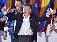 BOGOTÁ -COLOMBIA. 15-06-2014. Juan Manuel Santos candidato por el partido de La Unidad Nacional, levanta sus pulgares en señal de victoria previo al discurso tras ganar las eleccciones presidenciales para el período constitucional 2014-18 en Colombia a Oscar Ivan Zuluaga del partido Centro Democratico. La segunda vuelta de la elección de Presidente y vicepresidente de Colombia se cumplió hoy 15 de junio de 2014 en todo el país./ Juan Manuel Santos candidate by National Unity party raises his thumbs in victory sign prior his speech after wininning the Presidential elections for the constitutional period 2014-15 in Colombia to Oscar Ivan Zuluaga by Democratic Center party. The second round of the election of President and vice President of Colombia that took place today June 15, 2014 across the country. Photo: VizzorImage/ Gabriel Aponte / Staff