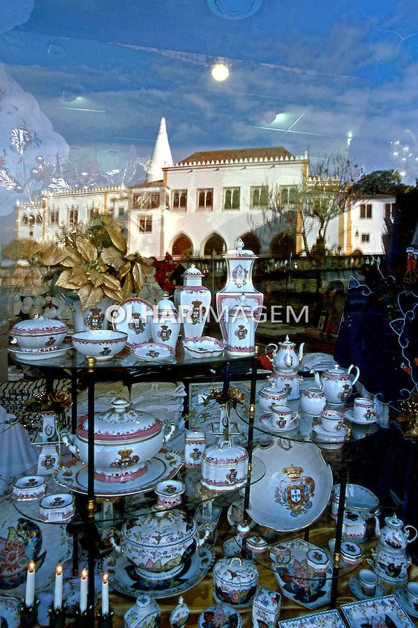 Louças de porcelana em vitrine de loja. Sintra, Portugal. 1999. Foto de Juca Martins.<br /> Data: 1999