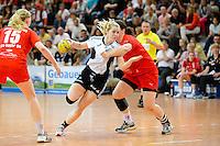 Julia Wenzl (VFL) am Ball gegen Stefanie Egger (TSV)