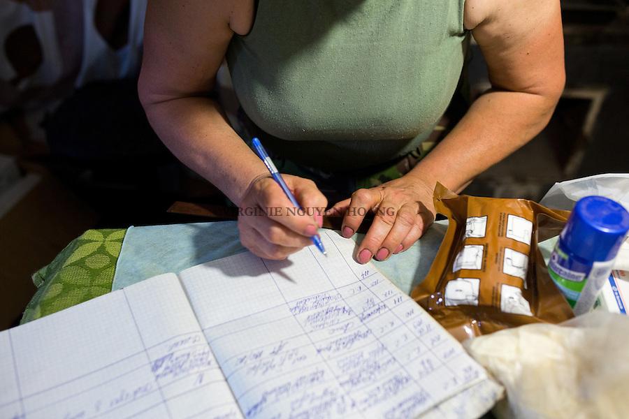 UKRAINE, Pisky: Each time Mama has a patient she notes it on her medic book. <br /> <br /> UKRAINE, Pisky: Chaque fois que Mama a un patient elle inscrit le probl&egrave;me dans son carnet.