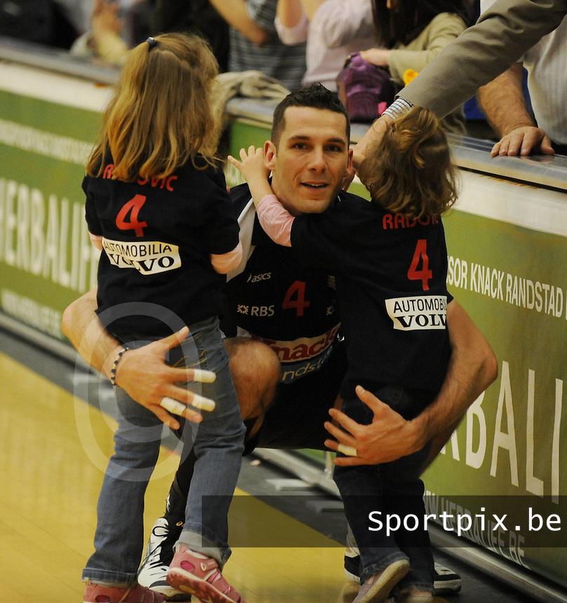 Knack Randstad Roeselare - Noliko Maaseik..Dragan Radovic met zijn 2 dochters..foto VDB / BART VANDENBROUCKE