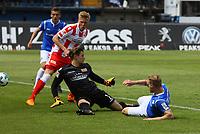 Fabian Holland (SV Darmstadt 98) erzielt das Tor zum 1:0 gegen Torwart Daniel Mesenhöler (1. FC Union Berlin) - 28.04.2018: SV Darmstadt 98 vs. 1. FC Union Berlin, Stadion am Boellenfalltor, 32. Spieltag 2. Bundesliga