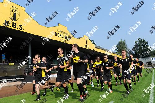 2013-07-06 / Voetbal / seizoen 2013-2014 / Eerste training Berchem Sport / De spelers lopen warm voor de eerste training van het seizoen<br /><br />Foto: Mpics.be