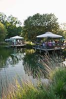 Europe/France/Aquitaine/24/Dordogne/Saint-Jean-de-Côle: Pisciculture: élevage de truites et écrevisses  et  Ferme Auberge Fon PEPY - les tables de l'auberge sur le bord de l'étang