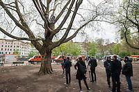 """Protest nach dem Abbau des Fluechtlingscamp auf dem Oranienplatz.<br /> Am Mittwoch den 9. April 2014 protestierten am Oranienplatz in Berlin-Kreuzberg  Fluechtlinge gegen  nach ihrer Meinung nach unfairen """"Kompromiss"""" den der Senat und der Bezirk den Lampedusafluechtlingen angeboten hat. Diese durften am Vortag nach dem Abbau des Camp auf dem Oranienplatz nach fast 2 Jahren Leben in Zelten und selbstgebauten Huetten in eine Unterkunft ziehen. Ausgeschlossen von dem """"Kompromiss"""" waren jedoch die Fluechtlinge, die eine politische Loesung wollten und nicht nur eine feste Unterkunft.<br /> Die ausgeschlossenen Fluechtline erklaerten auf einer imrpovisierten Pressekonferenz ihre Sicht auf diesen unfairen """"Kompromiss"""". Nach der Pressekonferenz wurden sie von der Polizei vom Oranienplatz verwiesen. Wer dieser Aufforderung nicht nachkam, wurde festgenommen.<br /> Im Bild: Zwei Fluechtlinge und ein Unterstuetzer sitzen seit der Raeumung am Vortag in einem Baum auf dem Gelaende des geraeumten Camp. Pressevertreter fuehrten Inteviews mit ihnen ueber ihre Situation und Forderungen.<br /> 9.4.2014, Berlin<br /> Copyright: Christian-Ditsch.de<br /> [Inhaltsveraendernde Manipulation des Fotos nur nach ausdruecklicher Genehmigung des Fotografen. Vereinbarungen ueber Abtretung von Persoenlichkeitsrechten/Model Release der abgebildeten Person/Personen liegen nicht vor. NO MODEL RELEASE! Don't publish without copyright Christian-Ditsch.de, Veroeffentlichung nur mit Fotografennennung, sowie gegen Honorar, MwSt. und Beleg. Konto:, I N G - D i B a, IBAN DE58500105175400192269, BIC INGDDEFFXXX, Kontakt: post@christian-ditsch.de<br /> Urhebervermerk wird gemaess Paragraph 13 UHG verlangt.]"""