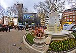 Londyn, 2009-10-23. Leicester Square - plac w centralnym Londynie - stanowi centrum rozrywki i jedną z głównych atrakcji turystycznych miasta.