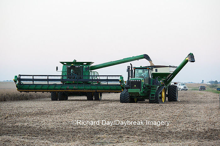 63801-06610 John Deere combine unloading soybeans into wagon, Marion Co., IL