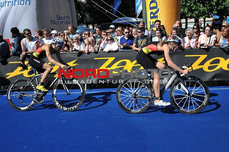 20.07.2013,  Innenstadt, Hamburg, ITU World Triathlon, Elite Women, im Bild Siegerin Anne Haug (GER) auf dem Fahrrad mit Svenja Bazlen (GER)// championship at City hall Hamburg 2013/07/20, Hamburg    Foto © nph / Witke *** Local Caption ***