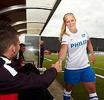 Nederland, Eindhoven, 18 juli 2012.Seizoen 2012/2013.Dames Voetbal van PSV.vandaag werd het Vrouwenteam PSV/FC Eindhoven gepresenteerd.Dries Mertens van PSV schud Kiki van ES