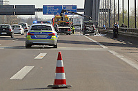 Ausgebranntes Auto auf der Kaiserleibrücke zwischen Frankfurt und Offenbach
