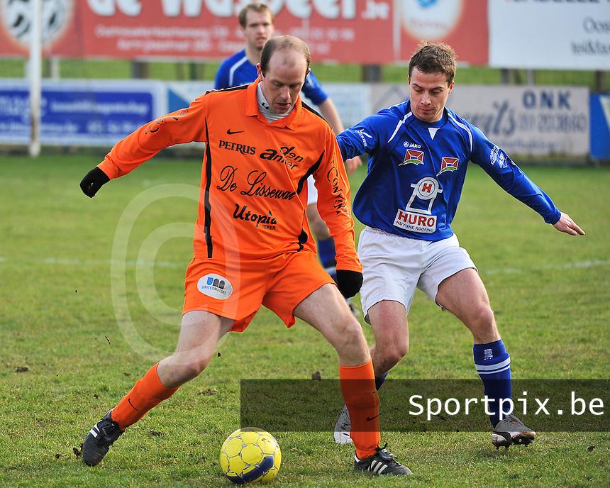 SK Oostnieuwkerke - Boezinge : Hans Hoornaert aan de bal voor Jeroen Vandenbussche (rechts).foto VDB / BART VANDENBROUCKE