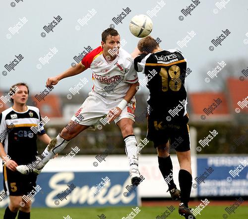 2008-12-21/ Voetbal / FC Duffel - Berchem Sport / Gert Goetelen (Duffel) in een luchtduel met Svan Van der Heyden..Foto: Maarten Straetemans (SMB)