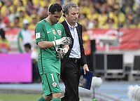 BARRANQUILLA - COLOMBIA - 10-11-2016:  Claudio Bravo arquero de Chile abandona el campo de juego lesionado durante partido entre Colombia y Chile por la fecha 11 de la clasificatoria a la Copa Mundial de la FIFA Rusia 2018 jugado en el estadio Metropolitano Roberto Melendez en Barranquilla./ Claudio Bravo, goalkeeper of Chile, leaves the field injured during the match between Colombia and Chile for the date 11 of the qualifier to FIFA World Cup Russia 2018 played at Metropolitan stadium Roberto Melendez in Barranquilla. Photo: VizzorImage/ Gabriel Aponte / Staff