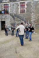 Prestation du bagad de Pontivy joue dans la cour du chateau