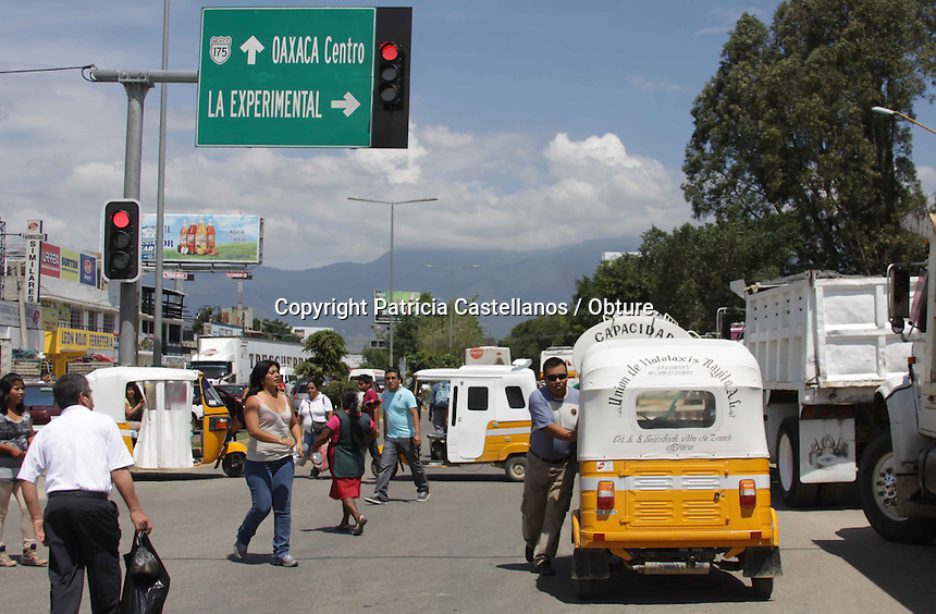 Oaxaca de Ju&aacute;rez. 05 de octubre de 2014.- <br /> A partir del medio d&iacute;a de este viernes, transportistas adheridos al &ldquo;Sindicato Libertad&rdquo;, sitiaron la capital del estado con una serie de bloqueos que abarcaron 10 puntos de la ciudad con los principales accesos, lo anterior en protesta ante la falta de atenci&oacute;n del gobierno del estado a sus distintas peticiones, dentro de las que destacan la regularizaci&oacute;n de transporte en Oaxaca para que puedan laborar en sus &aacute;reas de trabajo.<br /> <br /> A decir de Carlos Alberto Luis L&oacute;pez, secretario general de esta asociaci&oacute;n transportista sindical, son diversos los puntos dentro de su minuta los que exigen al gobierno estatal, dentro de estas demandas destaca el tema de los espacios dentro de la Macro Plaza, donde se disputan la zona con taxistas de la Confederaci&oacute;n Nacional de la Productividad (CNP), con quienes han tenido confrontaciones, y la ultima vez tuvieron como resultado dos unidades da&ntilde;adas.<br /> <br /> En este contexto, indic&oacute; que el gobierno simplemente los ha ignorado, ya que ha habido reuniones con otras asociaciones pero ellos no han sido tomados en cuenta; &ldquo;fuimos totalmente abandonados, a las mesas de negociaci&oacute;n no nos han invitado, despu&eacute;s de que CNP llego de una forma agresiva doblo al gobierno quemando coches y haciendo desmanes, el licenciado Carlos Moreno Alc&aacute;ntara nos ha apagado el tel&eacute;fono y hasta el momento no nos recibe la llamada y hasta el momento no tenemos ninguna legalidad mas que nuestras concesiones que nos amparan para ser sitio en Santa Lucia del Camino&rdquo;.<br /> <br /> Ante este panorama, coment&oacute; que tuvieron que movilizar hoy de esta forma, bloqueando diversos puntos de la capital a manera de presi&oacute;n y as&iacute; obtener una mesa de dialogo formal con las autoridades pertinentes, sin embargo, les siguen ofreciendo los mismos escenarios que antes.<br /> <br 