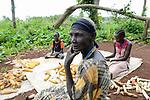 ETHIOPIA, Gambela, village Gog-Dipach, Anuak family harvest maize  / AETHIOPIEN, Gambela, Dorf GOG DIPACH der Ethnie ANUAK, Maisernte bei Farmer Mark Ojulu und seiner Familie, seine Felder liegen eine Stunde Fussmarsch vom Dorf entfernt, die einzelnen Gehoefte wurde durch das staatliche villagization Programm zusammengelegt um Land an Investoren zu verpachten
