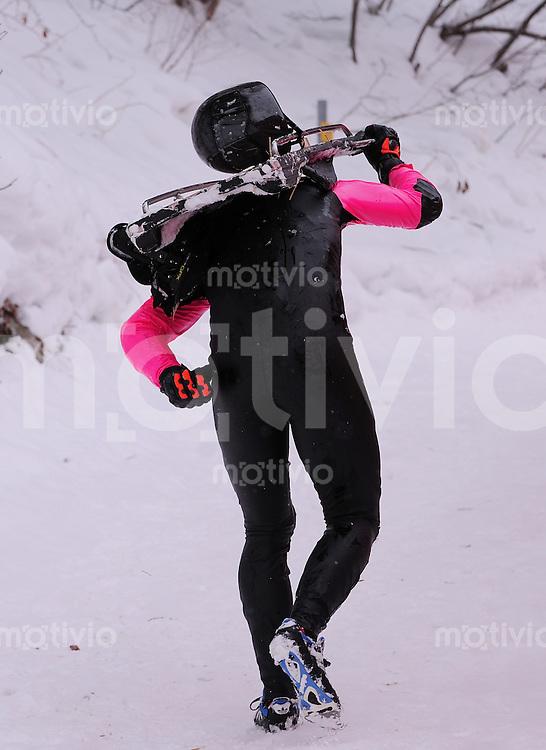 CRESTA RUN St. Moritz    05.02.2010 Fahrer geht nach einem Sturtz  in der  an der Shuttlecock Kurve zu Fuss mit Schlitten auf dem Ruecken zum Clubhaus