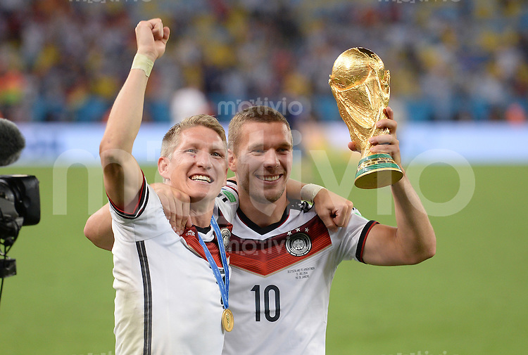 FUSSBALL WM 2014                       FINALE   Deutschland - Argentinien     13.07.2014 DEUTSCHLAND FEIERT DEN WM TITEL: Bastian Schweinsteiger (li) und Lukas Podolski (re) jubeln mit dem WM Pokal