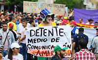 BARRANCABERMEJA - COLOMBIA, 21-11-2019: Cientos de manifestantes salieron a las calles de Barrancabermeja par unirse a la jornada de paro Nacional en Colombia hoy, 21 de noviembre de 2019. La jornada Nacional es convocda para rechazar el mal gobierno y las decisiones que vulneran los derechos de los Colombianos. / Hundreds of protesters took to the streets of Barrancabermeja to join the National unemployment day in Colombia today, November 21, 2019. The National Day is convened to reject bad government and decisions that violate the rights of Colombians. Photo: VizzorImage / Jose D Martinez / Cont