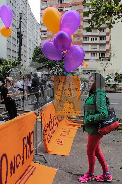 SÃO PAULO,SP, 25.08.2015 - PROTESTO-SP - Manifestantes contrários e a favor da inclusão das identidades de gênero (LGBT) à PME ( Plano Municipal da Educação ) que será votada pela segunda vez na em frente à Câmara Municipal de São Paulo nesta terça-feira,25. ( Foto: Marcio Ribeiro / Brazil Photo Press)