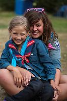 20140805 Vilda-l&auml;ger p&aring; Kragen&auml;s. Foto f&ouml;r Scoutshop.se<br /> sitter, l&auml;gerplats, scouter, scout, tv&aring;, gr&auml;s, t&auml;lt, skrattar, ler