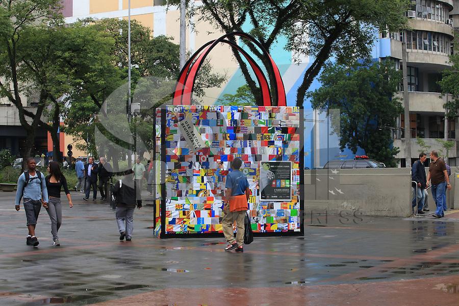 SAO PAULO, SP, 17 DE JANEIRO DE 2012 - CAMPANHA DAS SACOLAS REUTILIZAVEIS - Sacolas gigantes, feitas com materiais reciclaveis, foram colocadas em diversos pontos da cidade, para incentivar o uso de sacolas biodegradaveis, que passarao a ser vendidas nos supermercados ao preço de R$0,19, a partir de 25 de janeiro; o comprador que se recusar a pagar deverá levar suas compras em caixas de papelao ou dispor de outra forma para levar suas compras. FOTO RICARDO LOU - NEWS FREE