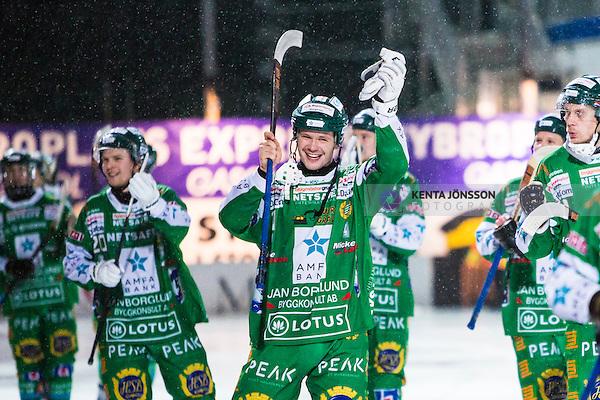 Stockholm 2014-02-21 Bandy SM-kvartsfinal 3 Hammarby IF - Vetlanda BK :  <br /> Hammarbys David Pizzoni Elfving &auml;r glad n&auml;r han tillsamman smed lagkamrater tackar publiken efter matchen <br /> (Foto: Kenta J&ouml;nsson) Nyckelord: jubel gl&auml;dje lycka glad happy