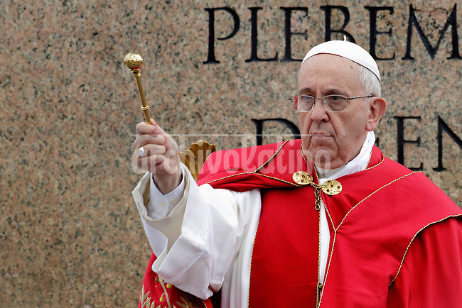 Pope Francis blesses faithful during the Sunday Palm Mass at St Peter Square on April 13, 2014 in Vatican