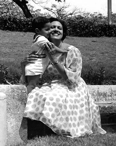 Maricusa Ornes con su primer hijo, Juan Enrique Álvarez Ornes.