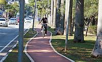 SÃO PAULO, SP, 12.06.2016 - CLIMA-SP - Movimentação na ciclovia da avenida Brás Leme, Zona Norte de São Paulo, neste domingo, 12. (Foto: Darcio Nunciatelli/Brazil Photo Press)