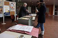 Wahlzettel liegen im Fritz-Treutel-Haus in Kelsterbach bereit