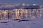 Lever de soleil sur les seracs du glacier sommital du Kilimandjaro.  D'après le calculs des scientifiques américains, 80 % des glaciers du Kilimandjaro ont fondu entre 1912 et 2000..Tanzanie