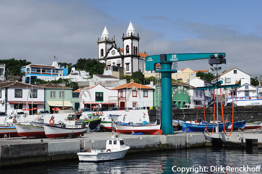 Hafen und Kirche von Sao Mateus de Calheta auf der Insel Terceira, Azoren, Portugal