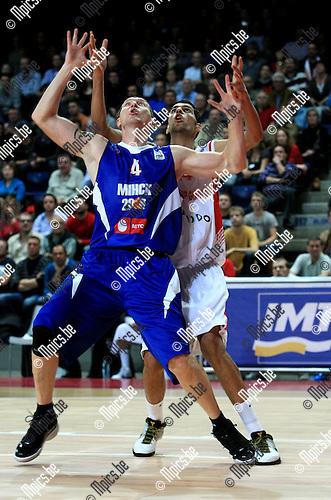 2010-10-05 / Basketbal / seizoen 2010-2011 / Euro Challenge / Antwerp Giants - Minsk / Salah Mejri (Antwerp) met bezoeker Kojenets voor zich...Foto: Mpics