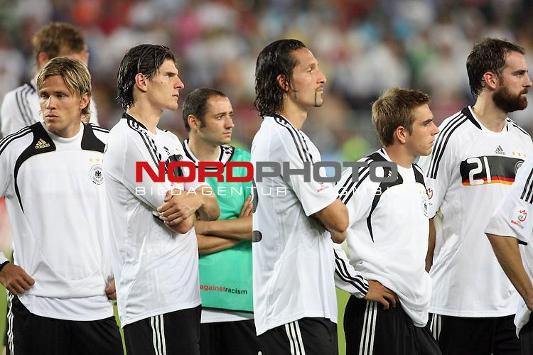 UEFA Euro 2008 Final Match 31 Wien - Ernst-Happel-Stadion. Deutschland ( GER ) - Spanien ( ESP ) 0:1. <br /> Clemens Fritz ( Germany / Mittelfeldspieler / Midfielder / Werder Bremen #04 ), Mario Gomez ( Germany / Angreifer / Forward / VFB Stuttgart #09 ), Oliver Neuville ( Germany / Angreifer / Forward / Gladbach #10 ), Kevin Kuranyi ( Germany / Angreifer / Forward / Schalke 04 #22 ), Philipp Lahm ( Germany / Verteidiger / Defender / Bayern Muenchen #16 ) und Christoph Metzelder ( Germany / Verteidiger / Defender / Real Madrid #21 ) (l-r) blicken entt&auml;uscht w&auml;hrend der Siegerehrung.<br /> Foto &copy; nph (  nordphoto  )