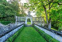 France, Indre-et-Loire (37), Montlouis-sur-Loire, jardins du château de la Bourdaisière, passage au dessus des douves vers l'allée italienne