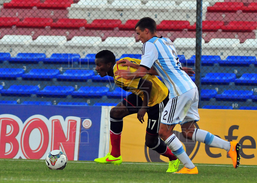 MONTEVIDEO - URUGUAY - 29-01-2015: Juan Otero (Izq.) jugador de Colombia, disputa el balón con Emanuel Mammana (Der.) de Argentina durante partido del Sudamericano Sub 20 entre los seleccionados de Colombia y Argentina en el estadio Parque Central de la ciudad de Montevideo. / Juan Otero (L) player of Colombia, fights for the ball with Emanuel Mammana (R) player of Argentina, during the match for the Sudamericano U 20 between the teams of Colombia and Argentina in the Parque Central stadium in Montevideo city,  Photo: Andres Gomensoro  / Photosport / VizzorImage.