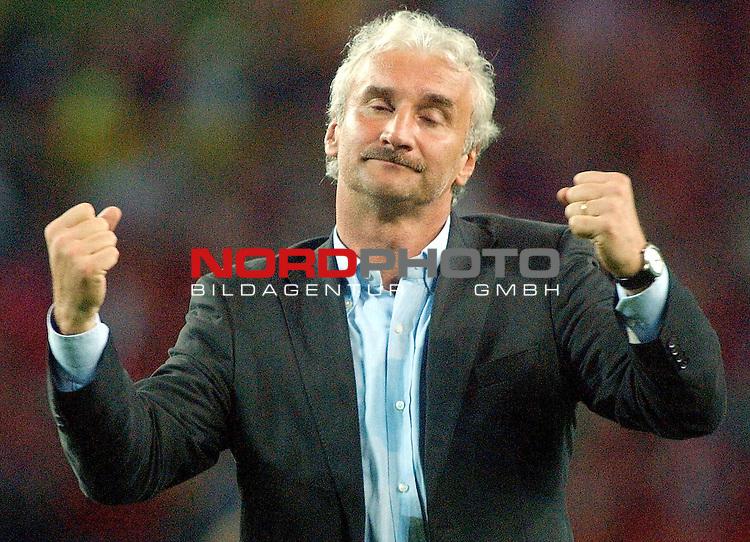 Europameisterschaft 2004 Portugal<br /> <br /> Deutschland - Tschechien<br /> <br /> Trainer Rudi Voeller (Deutschland) steht die Enttaeuschung ins Gesicht geschrieben nach dem Ausscheiden seiner Mannschaft.<br /> <br /> Foto &copy; nordphoto