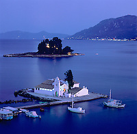 Greece, Corfu, Kanoni: View over the islands of Vlacherna and Pontikonisi with the Convent of the Virgin Mary at night | Griechenland, Korfu, Kanoni: Klosterinseln Vlacherna und dahinter die Maeuseinsel mit Kloster Pontikonissi am Abend