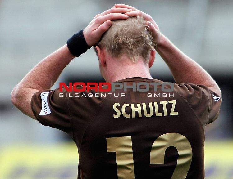 2.Liga 2007/2008  13. Spieltag Hinrunde<br /> FC St.Pauli &ndash; vs. FC Augsburg<br /> <br /> St.Paulis Timo Schultz ist enttaeuscht, er wird mit schlechter Leistung ausgewechselt gegen Bjoern Brunnemann. <br /> <br /> <br /> Foto &copy; nph (nordphoto)<br /> <br /> *** Local Caption ***