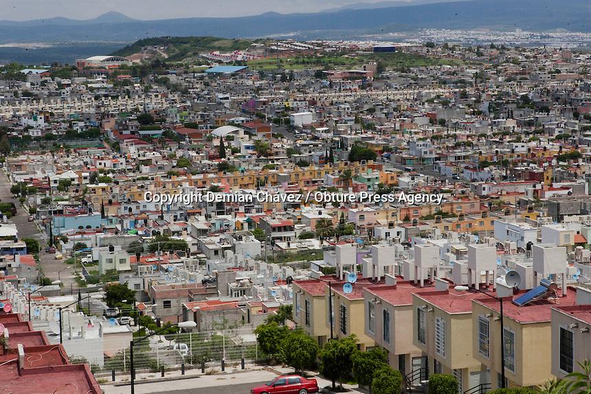 Quer&eacute;taro, Qro.- 12 de julio de 2014.-  La poblaci&oacute;n mundial alcanz&oacute; los 7.000 millones en 2011, frente a los 2,5 millones registrados en 1950. Este gran aumento en el n&uacute;mero de habitantes del planeta conlleva grandes retos y oportunidades, y afecta a la sostenibilidad, el urbanismo, el acceso a los servicios de salud y el empoderamiento de los j&oacute;venes.<br /> <br /> De esos 7.000 millones, 1.800 son los j&oacute;venes del mundo, que definen las realidades sociales y econ&oacute;micas, desaf&iacute;an las normas y los valores, y sientan las bases del futuro. Sin embargo, muchos de ellos siguen luchando contra la pobreza, las desigualdades y las violaciones de los derechos humanos que les impiden desarrollar su potencial colectivo y personal.<br /> De acuerdo al INEGI en la entidad Queretana existen 1,828 millones (2010), ocupando el lugar 22 a nivel nacional por su n&uacute;mero de habitantes. Con una mayor&iacute;a de mujeres. El municipio que tiene mayor n&uacute;mero de ciudadanos es el capitalino con 801 940 persona y el de menor n&uacute;mero de habitantes es San Joaqu&iacute;n con 8 865. <br /> <br /> En esta estad&iacute;stica e migraci&oacute;n a la entidad el INEGI muestra que en 2010, llegaron en total 94 mil 336 personas a vivir a Quer&eacute;taro, procedentes del resto de las entidades del pa&iacute;s.<br /> <br /> De acuerdo a datos del CONEVAL 2012 (Consejo Nacional de Evaluaci&oacute;n de la Pol&iacute;tica de Desarrollo Social), en Quer&eacute;taro existen 98.7 mil personas en extrema pobreza, 123.0 personas en estado vulnerable por carencia de ingresos, 296.8 con carencia de servicios de salud, 1,087.3 carencia por acceso a la seguridad social. <br /> <br /> Foto: Demian Ch&aacute;vez / Obture Press Agency.