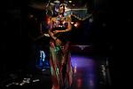Nagwana, danseuse du ventre dans un cabaret, du quartier populaire de Guizeh. La tradition locales veut que les hommes lancent des billet de 5 pounds sur la danseuse. ceux -ci sont immédiatement récupérés par des enfants.