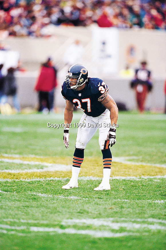 Chicago Bears defensive back Tony Parrish (37) plays defense during an NFL football game against the Philadelphia Eagles at Soldier Field in Chicago on October 17, 1999. The Eagles won 20-16. (Photo by David Stluka)