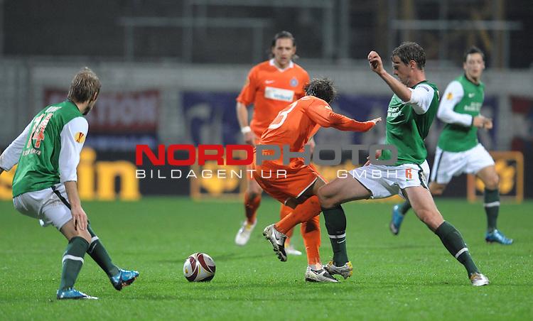 UEFA Euro League 2009/2010 Werder Bremen - <br /> Heimspiel Weserstadion 05.11.2009 - Play-off zur Europa League 09/10 Gruppe L - Gruppenphase<br /> <br /> Werder Bremen (GER) - Austria Wien (AUT)<br /> <br /> Aaron Hunt ( Bremen GER #14 ) Emin Sulimani ( Wien #23 ) Tim Borowski (Bremen GER #6)<br /> <br /> Foto &copy; nph ( nordphoto ) *** Local Caption *** *** Local Caption *** <br /> Fotos sind ohne vorherigen schriftliche Zustimmung ausschliesslich f&uuml;r redaktionelle Publikationszwecke zu verwenden.<br /> <br /> Auf Anfrage in hoeherer Qualitaet/Aufloesung