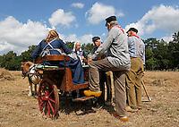 Leusden -  De Stichting Behoud Oude Werktuigen organiseert de jaarlijkse Oogstdag op landgoed Den Treek. Koffiepauze voor de mannen die op het land aan het werk zijn. Vrouwen brengen de koffie met pony en dresseerkar