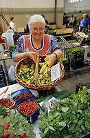 Europe/Italie/Lac de Come/Lombardie/Come : Maraichère vendant ses légumes au marché - Courgettes fleurs